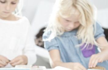 to koncentrerede piger leger med ailefo økologisk modellervoks