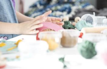 hænder leger med ailefo økologisk modellervoks
