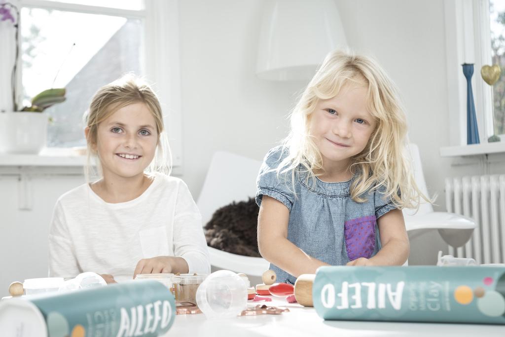 to glade piger leger med ailefo økologisk modellervoks