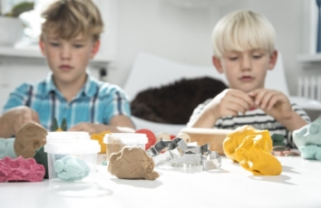 to koncentrerede drenge leger med ailefo økologisk modellervoks