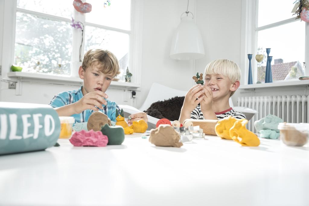 to glade drenge leger med ailefo økologisk modellervoks