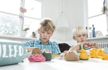 to drenge leger med ailefo økologisk modellervoks