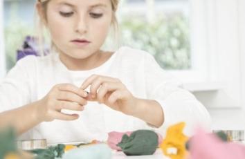 lille pige leger med ailefo økologisk modellervoks