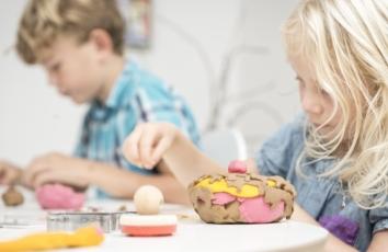 dreng og pige leger med ailefo økologisk modellervoks