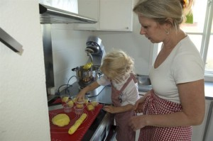 mor og datter laver ailefo økologisk modellervoks, produktudvikling
