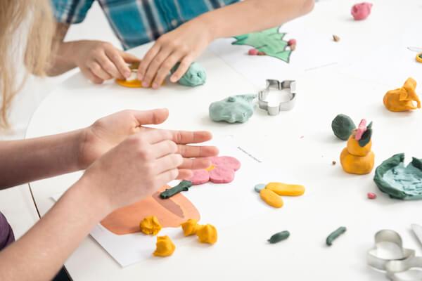 hænder leger med læringstavler, ailefo