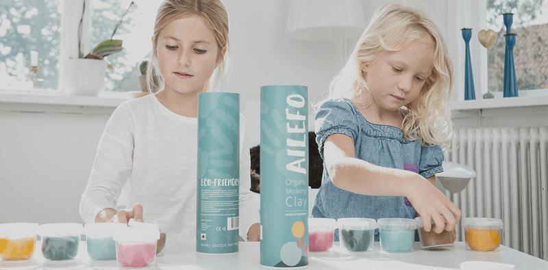 mobilforsidebillede af to piger der leger med ailefo økologisk modellervoks, europas første og eneste økologiske modellervoks.